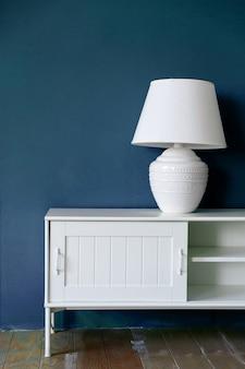 Lampa na cokole przy ścianie