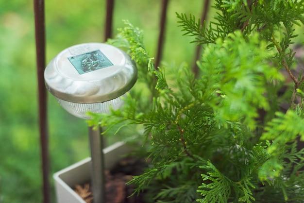Lampa na tarasie w kroplach deszczu, lampa ogrodowa zasilana energią słoneczną