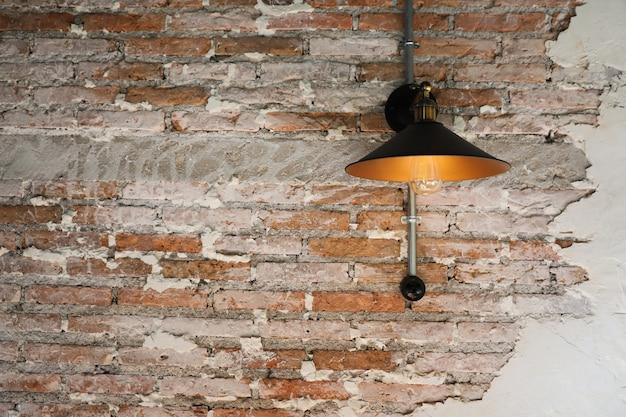 Lampa na tle ściany