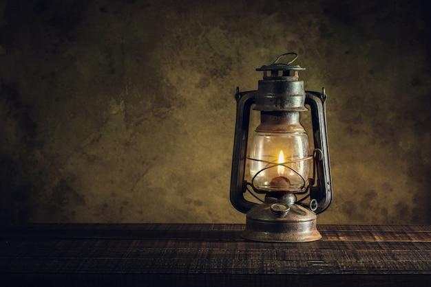 Lampa naftowa latarnia olejowa spalania z blask miękkie światło na wieku podłogi z drewna