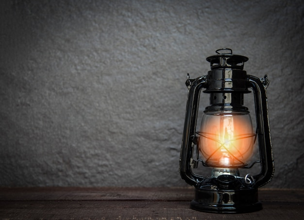 Lampa naftowa w nocy na ciemny - stary latarnia rocznika klasyczny czarny