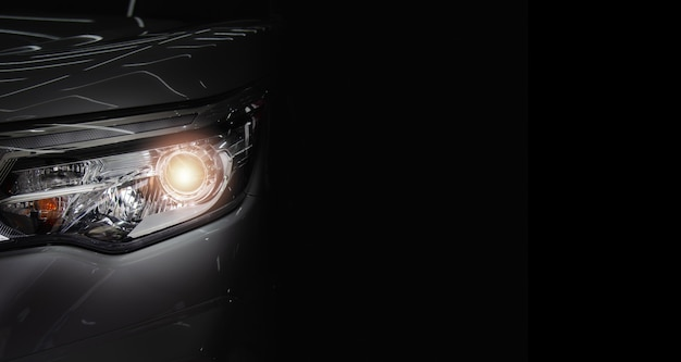 Lampa przednia do samochodu nowego samochodu. skopiuj miejsca na czarnym tle.