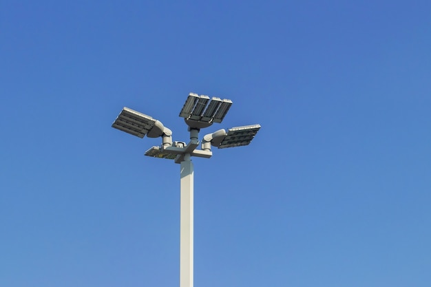 Lampa świetlna, lampa uliczna z ogniwami słonecznymi, słupek świetlny led na ogrodzeniu, osiedle mieszkaniowe, model kosmetyczny