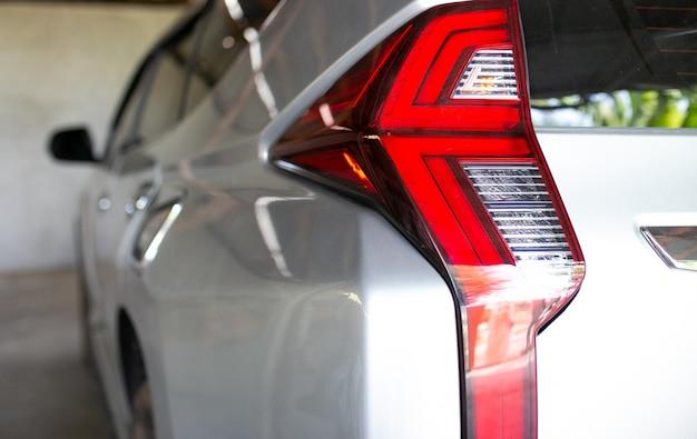 Lampa tylna o nowoczesnym designie do samochodu suv. detale zewnętrzne samochodu. tylne światło.