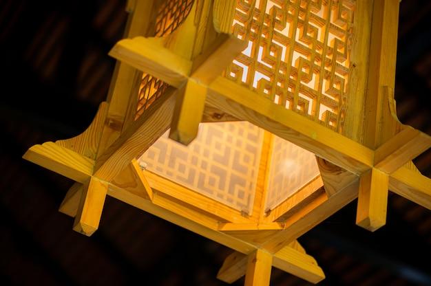 Lampa w stylu japońskim, które często są zawieszane w restauracjach