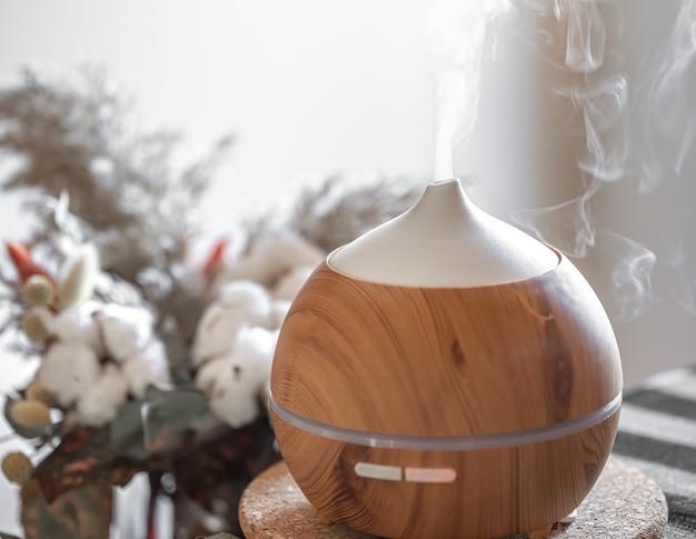 Lampa z dyfuzorem olejku zapachowego na stole. koncepcja aromaterapii i opieki zdrowotnej.