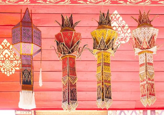 Lampa z tkaniny w tradycyjnym stylu lanna, latarnia z tkaniny lub yi peng, w stylu lanna, północna tajlandia