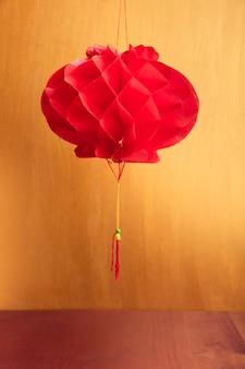 Lampion chiński nowy rok ze złotym tłem