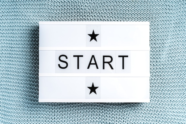 "Lampka led z napisem ""start"", motywującym hasłem"