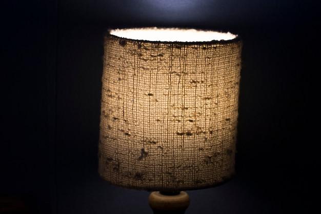 Lampka nocna na ciemnym tle. obraz w stylu vintage