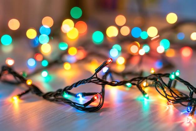 Lampki choinkowe na ciemnym niebieskim tle