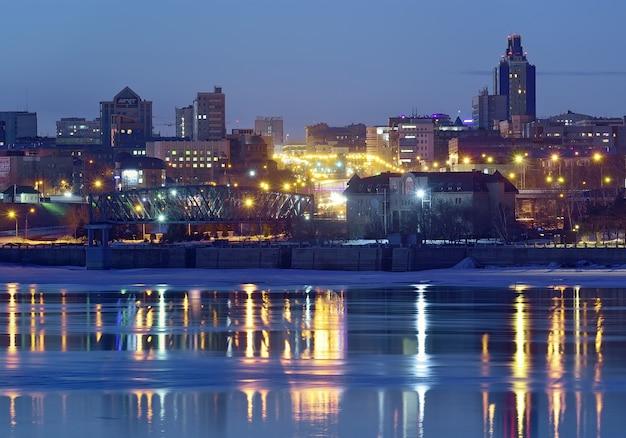 Lampki Nocne Na Nabrzeżu Nowosybirska Niebieskie Wieżowce Nad Rzeką Ob Premium Zdjęcia