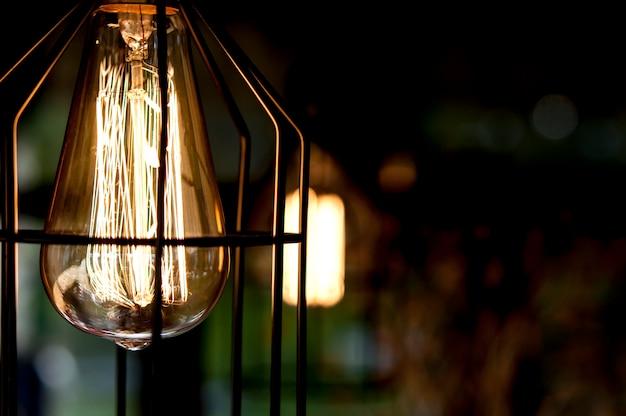 Lampy edisona w metalowym kloszu we wnętrzu.