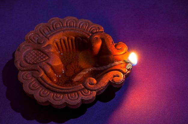 Lampy gliniane diya zapalone podczas obchodów diwali. projekt karty z pozdrowieniami indian hindu light festival o nazwie diwali
