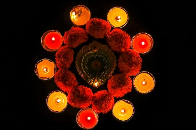 Lampy oliwne i kwiaty w ciemności