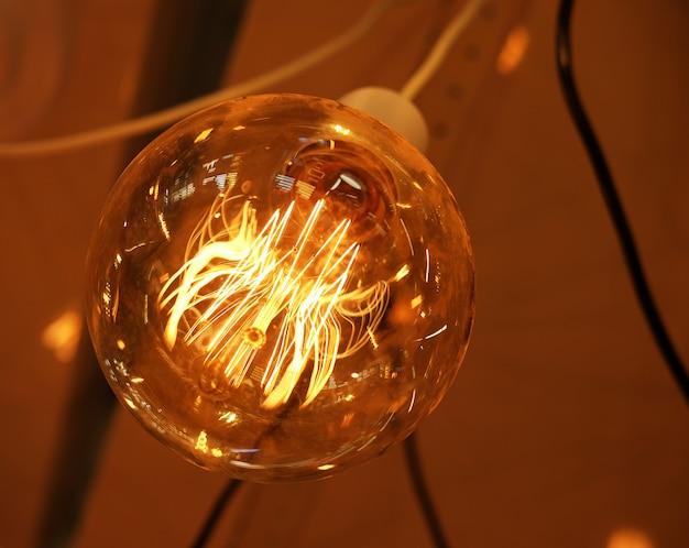 Lampy sufitowe w ciemności w sklepie