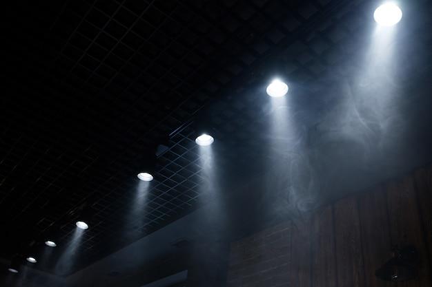 Lampy światła z chmurą dymu