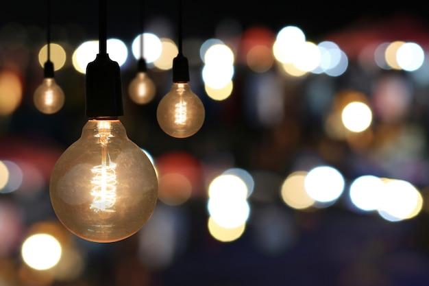 Lampy vintage w restauracji.