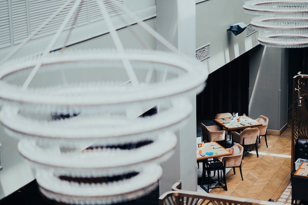 Lampy w kawiarni
