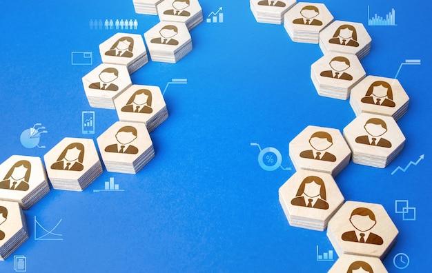Łańcuchy połączonych ludzi z graficznymi wskaźnikami informacyjnymi. reakcja łańcuchowa