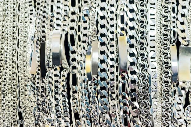Łańcuszki srebrne w gablocie sklepu jubilerskiego