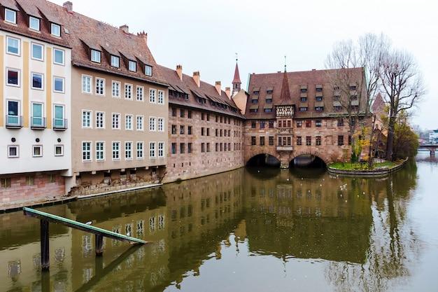 Landmark nurnberg, heilig-geist-spital lub hospicjum ducha świętego jesienią