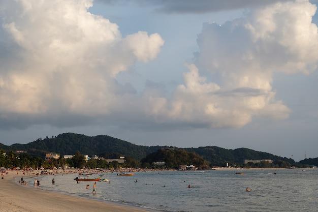 Langkawi, malezja - 2 lutego, plaża cenang w langkawi