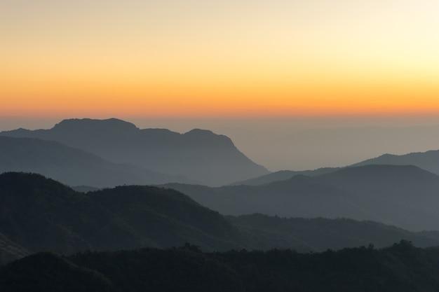 Lanscape natury piękny wschód słońca na górze thailand góry