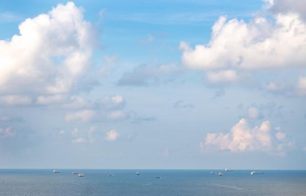 Lanscape ocean pozioma linia z łodzią