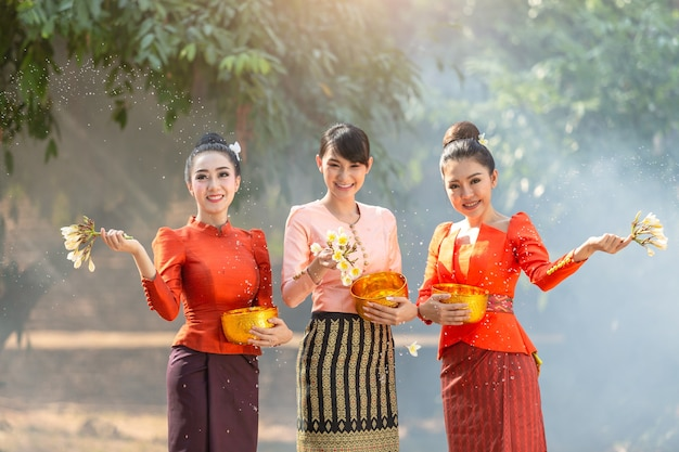 Laos dziewczyny bryzga wodę podczas festiwalu songkran festiwalu