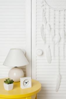 Łapacz snów biały na tle drzwi