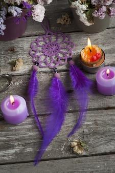 Łapacz snów fioletowy na drewnie