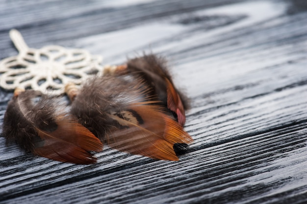 Łapacz snów na drewnianym stole