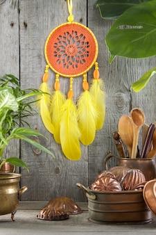 Łapacz snów pomarańczowy żółty na szaro