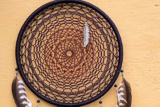 Łapacz snów z nitką z piór i zawieszoną liną z koralików. łapacz snów ręcznie robiony