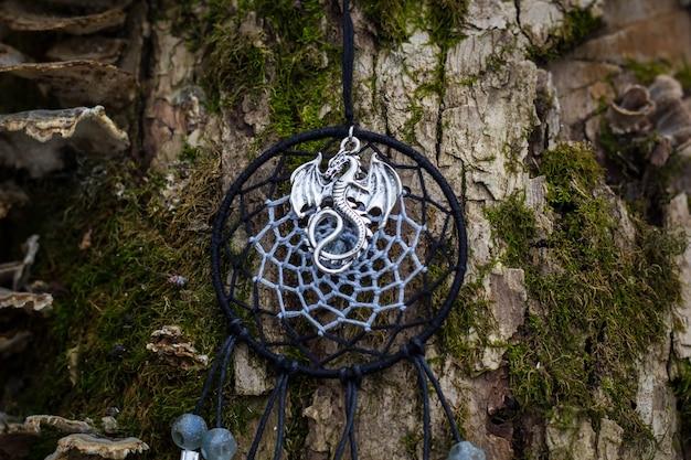 Łapacz snów z piór, skórzanych koralików i sznurków, wiszący