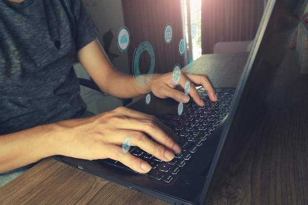 Laptop, Aby Uzyskać Dostęp Do Internetu Rzeczy. Internet Technologii Rzeczy Dla Koncepcji Biznesowej. Premium Zdjęcia