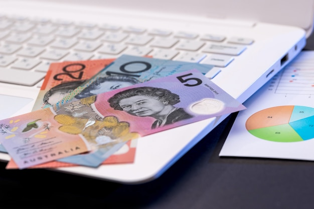 Laptop aud dollar i schemat na czarno
