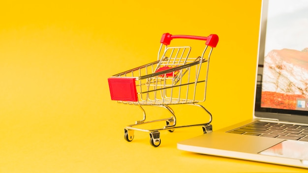 Laptop blisko supermarket fury z czerwoną rękojeścią
