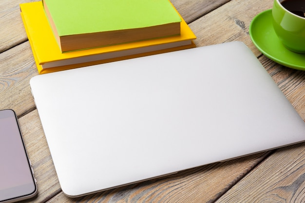 Laptop filiżanki pojęcia biurowy zakończenie up