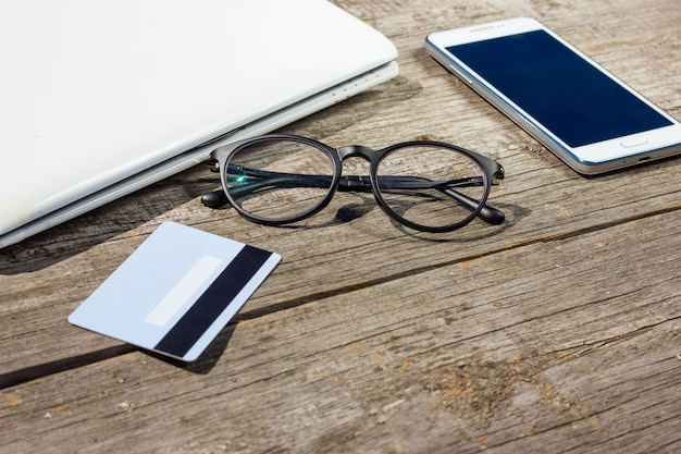 Laptop i karta kredytowa są na stole