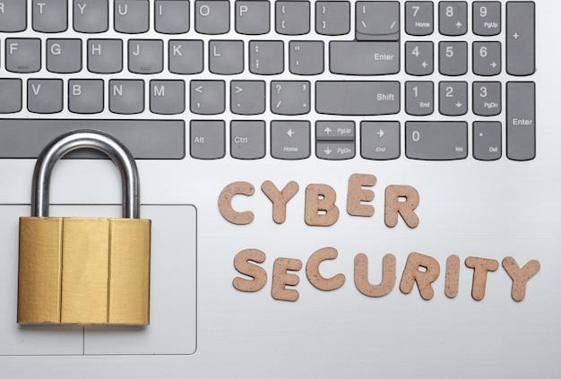 Laptop i kędziorek ze słowami cyberbezpieczeństwo