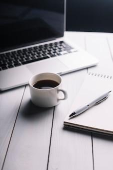 Laptop i notatnik skład na biurku