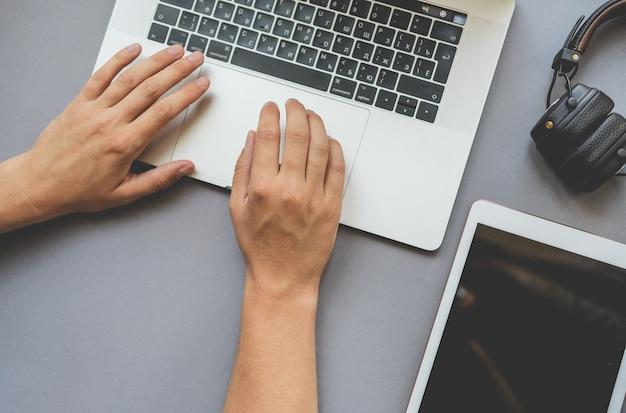 Laptop i ręce działają