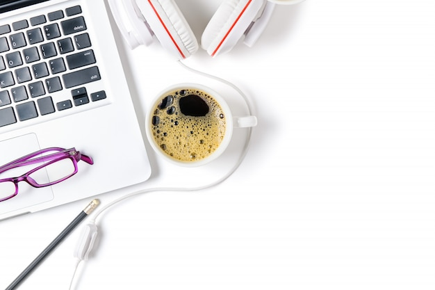 Laptop i słuchawki z czarnej kawy na białym tle