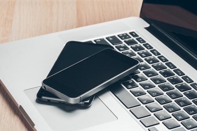 Laptop i telefon komórkowy na stole. koncepcja obszaru roboczego.