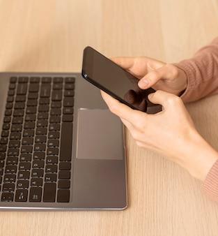 Laptop i telefon komórkowy z wysokim widokiem