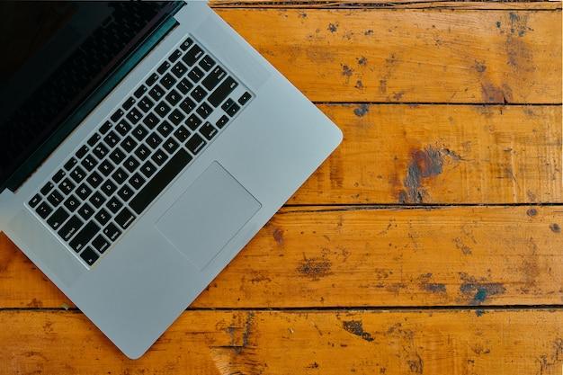 Laptop na biuro stołu tle.