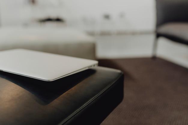 Laptop na czarnej skórzanej kanapie