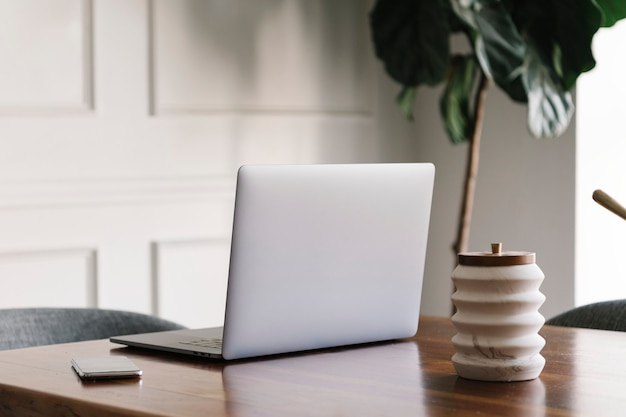 Laptop na drewnianym stole w sali konferencyjnej